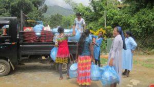 Hulp voor slachtoffers bij overstromingen Sri Lanka